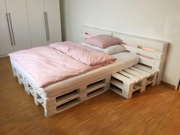 Из поддонов можно сделать кровати самой различной конфигурации