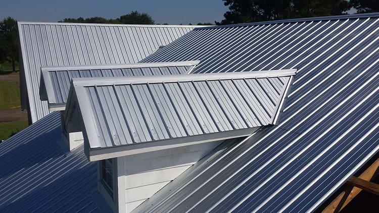 Цинковое покрытие надёжно защищает сталь от ржавчины, кроме того, такие крыши имеют светлый отражающий солнце оттенок, так что не нагреваются так сильно, как крыши из окрашенного в тёмный цвет металла