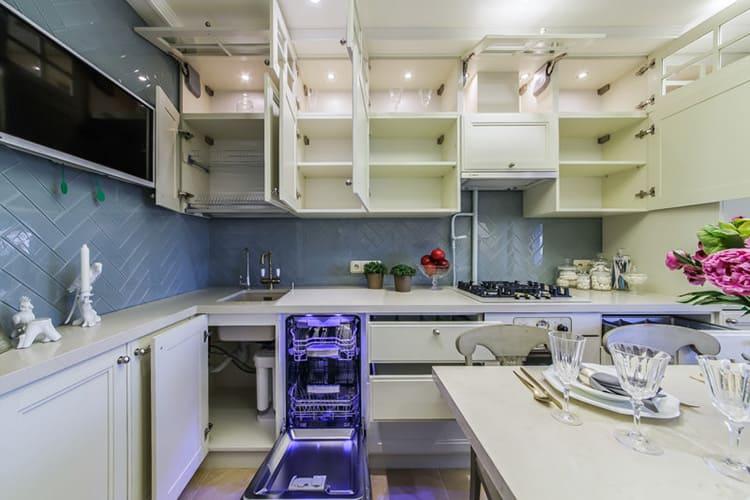 Если вы сделаете закрытые полки под потолком, то помните, что не сможете хранить в них ничего, что может потребоваться вам для ежедневной работы на кухне