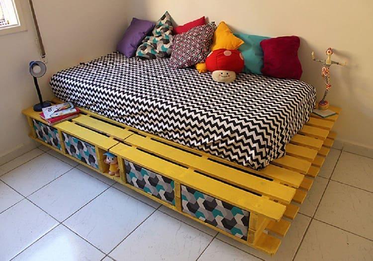 Как сделать своими руками кровать из поддонов пошагово: фото мастер-класса