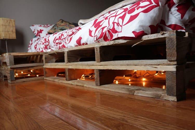 С подсветкой кровать из поддонов смотрится оригинальней