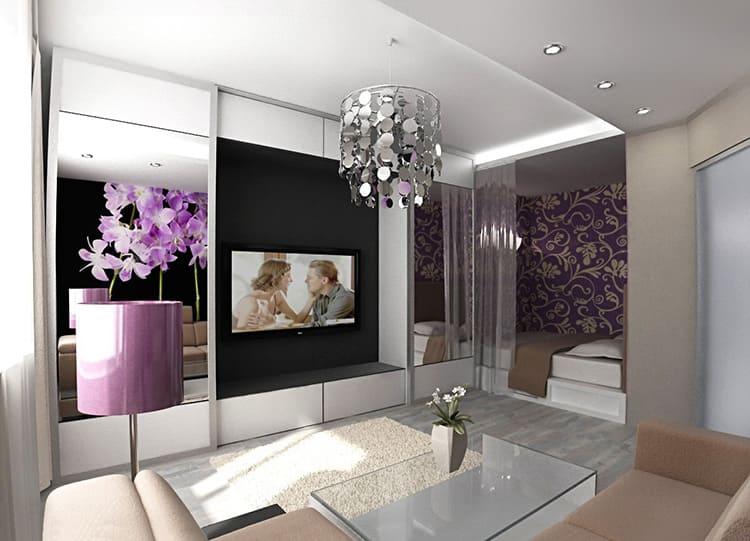 Спальня, совмещённая с гостиной и разделённая прозрачной пластиковой шторой