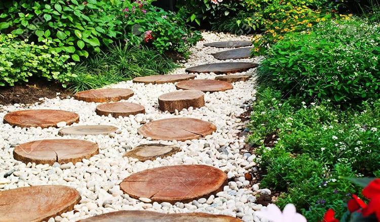 Тропинка из древесных кругляков и гальки