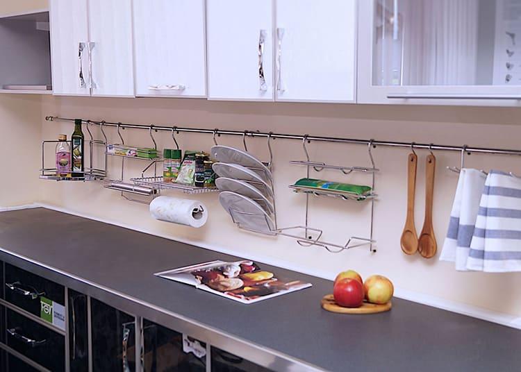 Набор поварёшек, ножи, ходовые специи, любимая сковорода – всё это освободит полки для других предметов, которые нужны вам не так часто