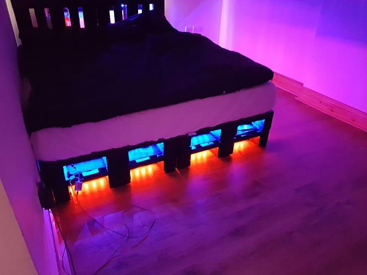 Светодиодная подсветка кровати из поддонов