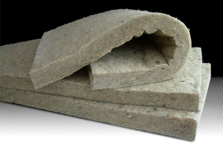 Базальтовый утеплитель хорошо держит форму и не дает усадки. Он не впитывает влагу и не поддерживает горение