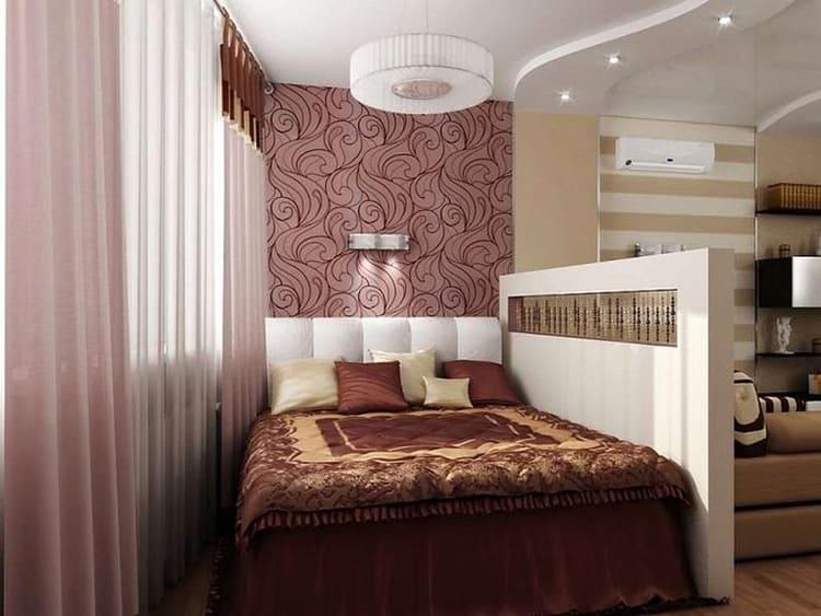 Ещё один вариант разделения спальни и гостиной при помощи невысокой гипсокартонной конструкции