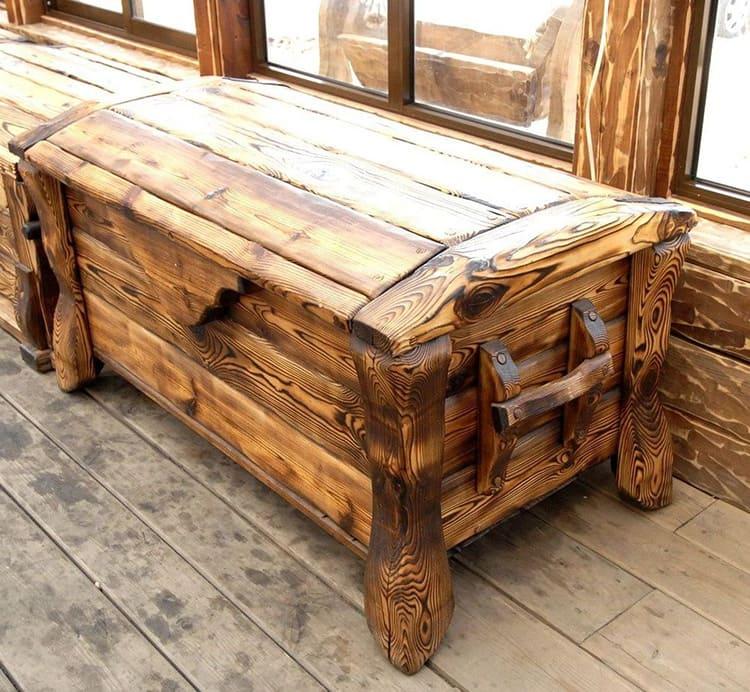 У мебели под старину характерный внешний вид