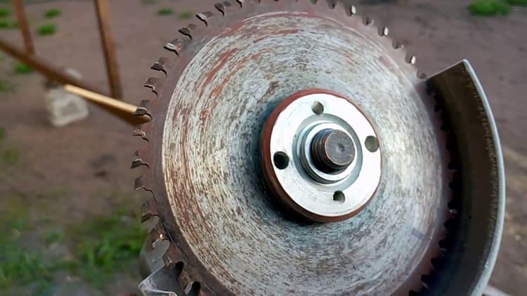 Если диск встретится с куском металла, из него может вылететь зуб, который, как пуля, тоже может устремиться в непредсказуемом направлении. Вам повезёт, если на пути ему встретится защитный кожух