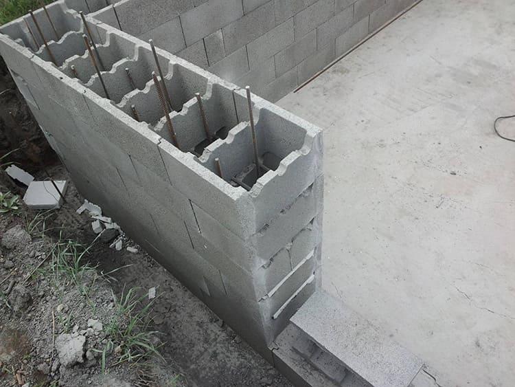Железобетонная позволяет заливать меньшее количество бетона