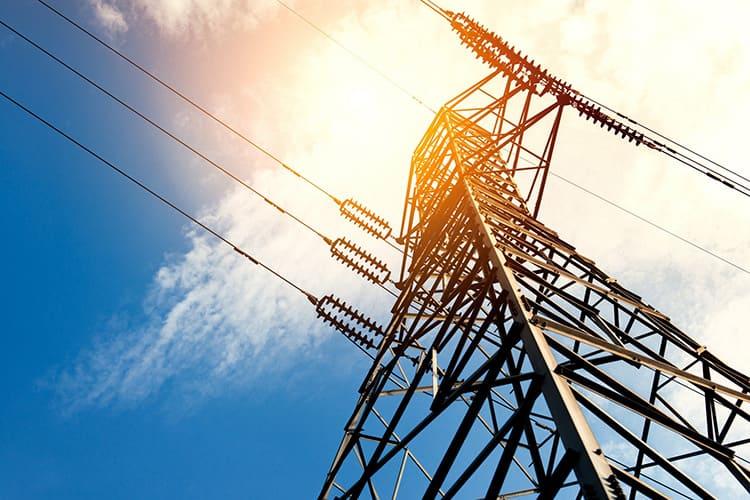 Напряжение, протекающее по линиям электропередач, может превышать 750000 В
