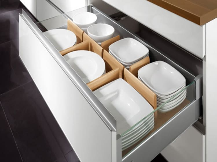 Посуду лучше хранить в закрытых полках
