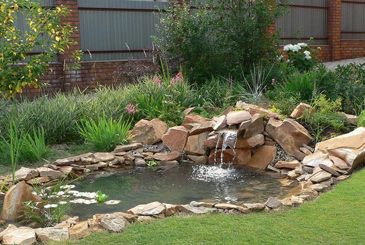 Искусственный прудик с водопадом — достойное украшение любой дачи