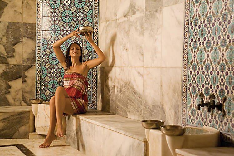 В старину процедуру омовения осуществляли специальные работники, которые лили воду на посетителей бани