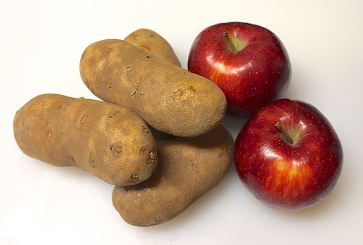 Чтобы картошка не прорастала при хранении, положите с ней пару-тройку яблок