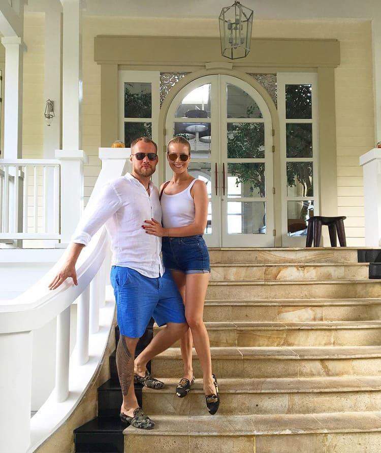 Елена Летучая и Юрий Анашенков на ступенях дома.