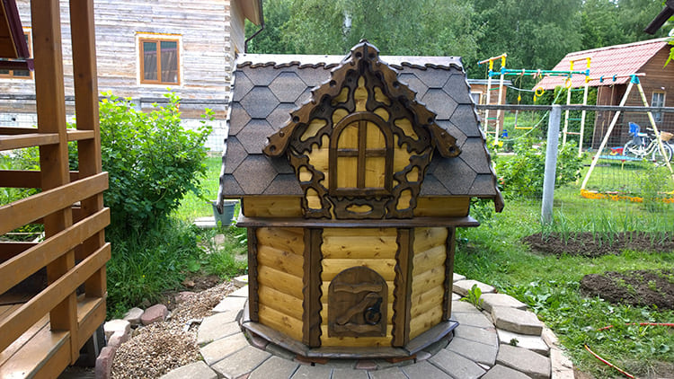 Домик для колодца давно перестал быть утилитарным объектом. Народные умельцы превращают такие конструкции в произведения искусства