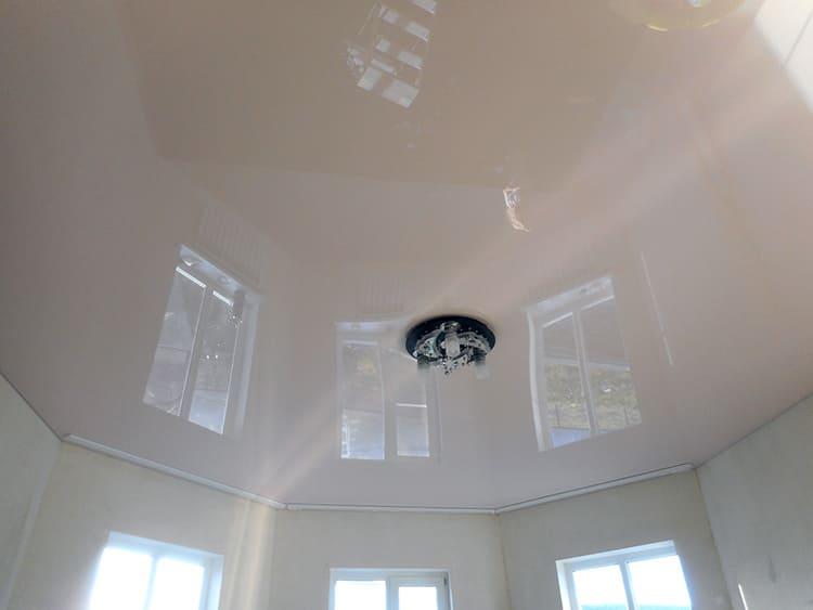 Глянцевый натяжной потолок – подходящий вариант для любого помещения