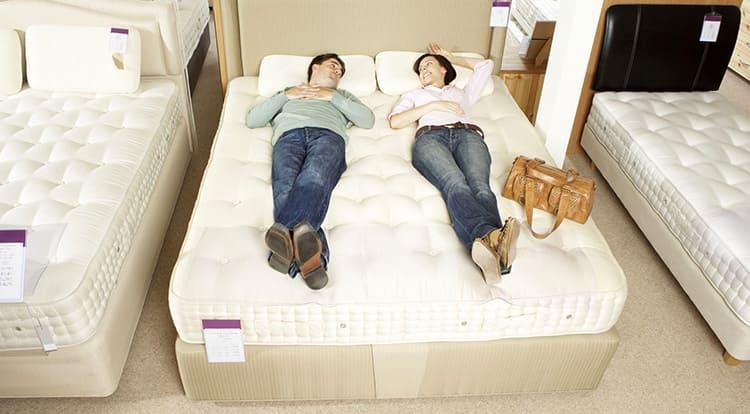 Ширина кровати 140 см относится к полуторной, но её вполне достаточно для двух человек