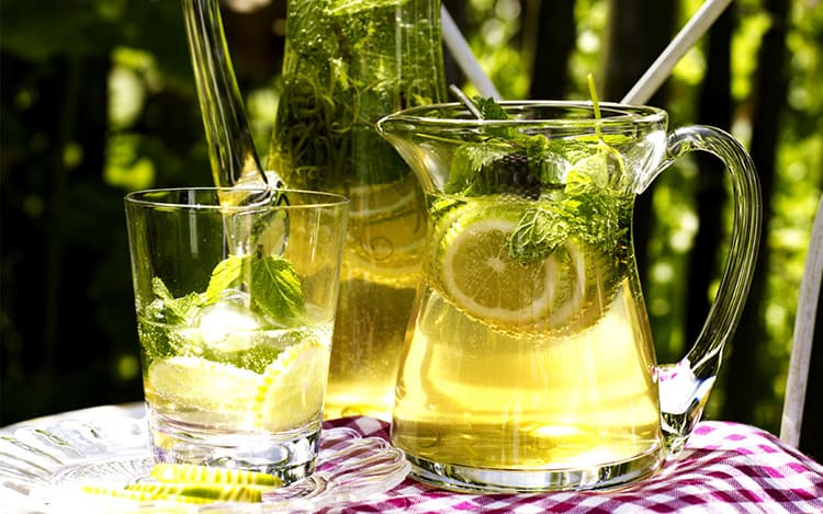Заводские напитки с химическими ингредиентами не идут ни в какое сравнение в домашним лимонадом