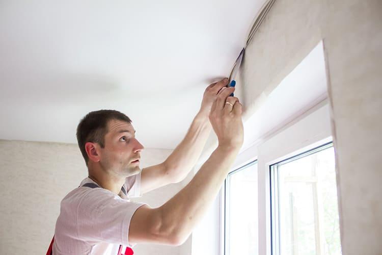 Для правильной установки натяжного потолка своими руками стоит познакомиться с технологией выполнения работ заранее