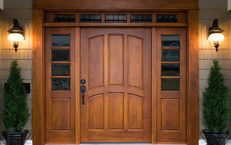 Деревянные входные двери имеют привлекательный внешний вид
