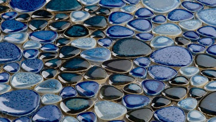 Такая мозаика отличается исключительной цветовой насыщенностью, прочностью, но требует бережного и тщательного ухода