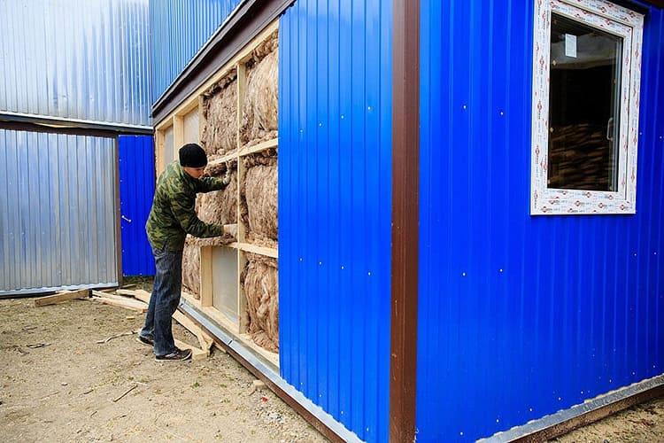Можно откорректировать влияние уличной температуры, используя утепление по стенам с помощью стекловаты или пенополистирола