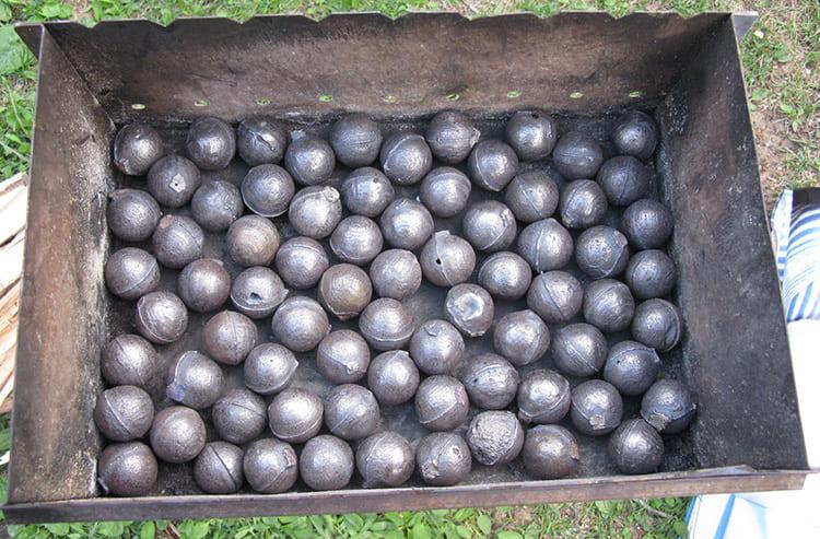 Чугунные искусственные камни, которые обычно выпускают в форме пушечного ядра, не просто служат украшением бани, но и полностью оправдываю своё назначение