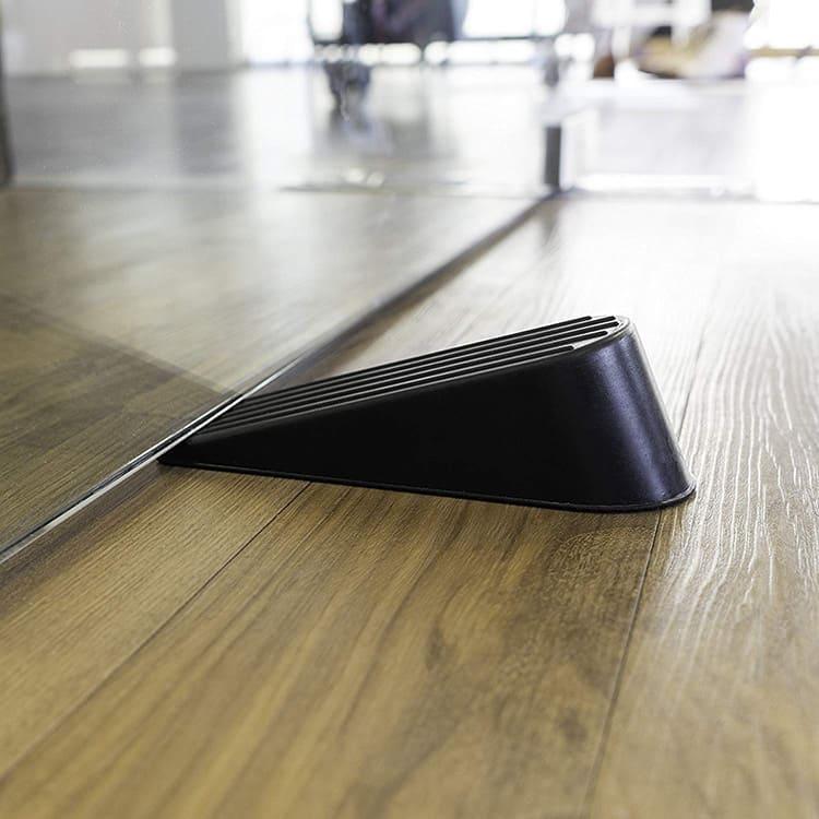 Клиновидные упоры – это разновидность мобильных фиксаторов. Такие модели делают из ярких мягких материалов и часто используют в детских комнатах