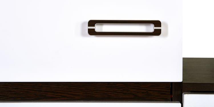 Очень удобными считаются двойные ручки, со вставками декора