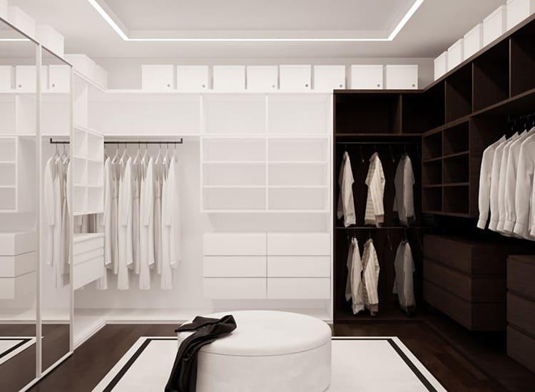 Большая и абсолютно белая, с выдвижными зеркальными дверями, гардеробная разделена на две части – «для него» и «для неё»