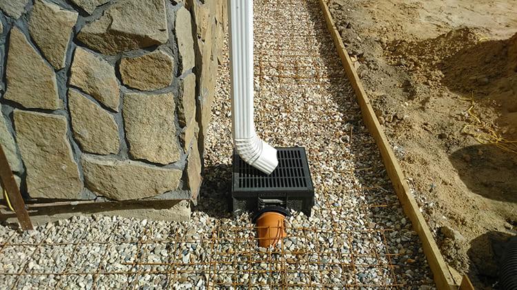 Если вы приобрели готовое строение без дренажной системы, всегда при необходимости можно обустроить водосборные каналы по периметру дома