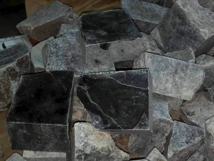 В продаже вы встретите камни шлифованные или колотые. Колотые, по мнению профессиональных банщиков, лучше отдают тепло, а шлифованные обеспечивают отличную циркуляцию горячего воздуха