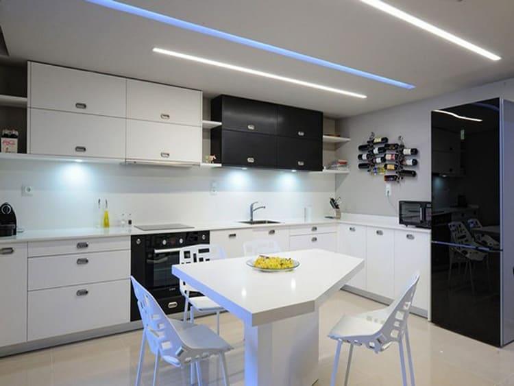 Для потолка и рабочей зоны уместен яркий свет светодиодных лент