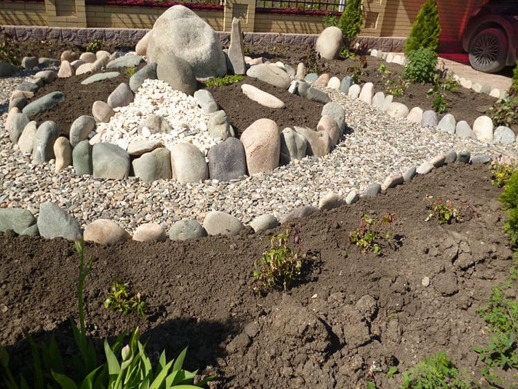 Исключение составляет центральный камень, который обычно ставят по центру альпинария. Он должен быть достаточно крупным, а вокруг него для контраста размещают мелкие и плоские