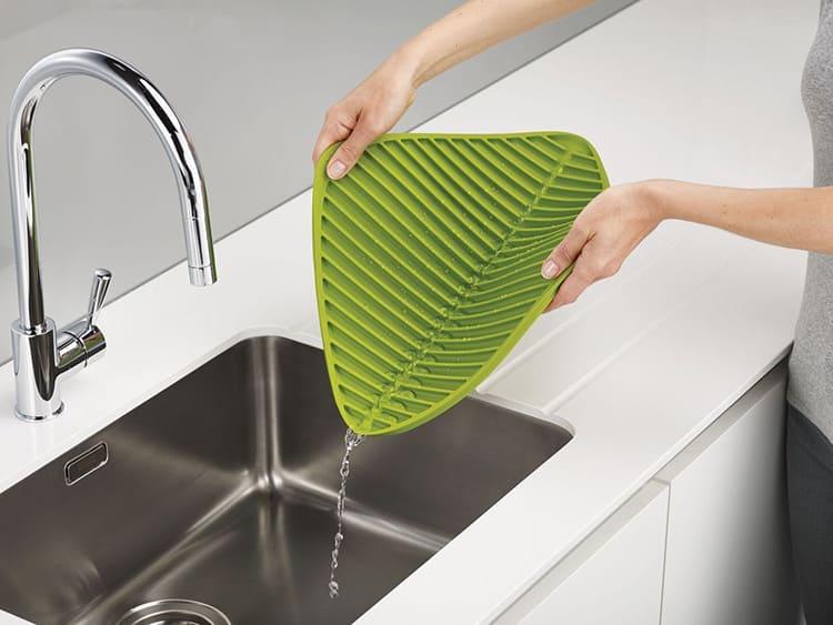 Такие изделия изготавливают из материала, хорошо впитывающего влагу или имеющего ребристую поверхность, которая соберёт стекающую воду, оставляя тарелки и чашки сухими