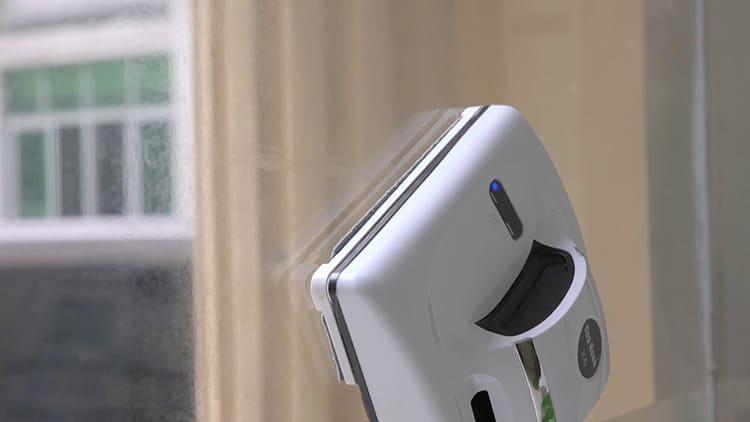 Магнитные работают даже в перевёрнутом состоянии, например, на стеклянных потолках