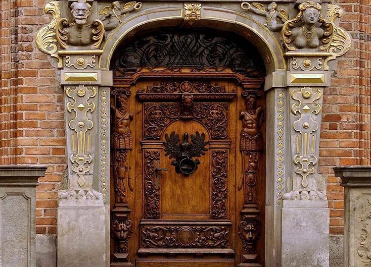 Двери, украшенные резьбой, смотрятся эффектно