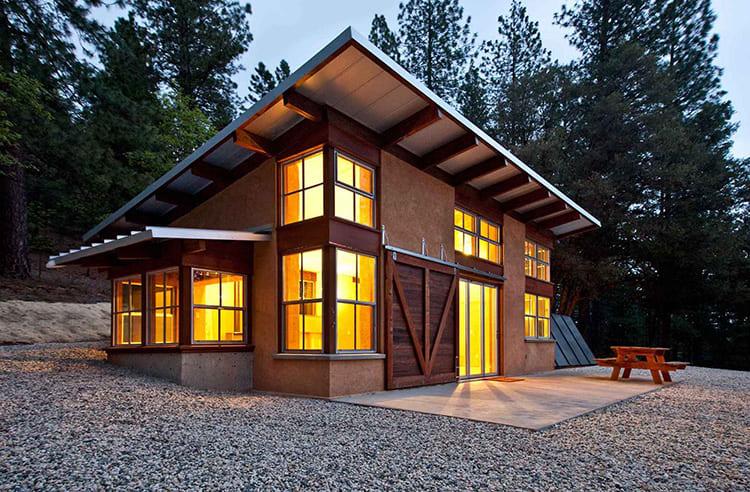 Такие дома строятся за несколько дней, обладают отличной теплоизоляцией, не требуют основательного фундамента и не дают усадки