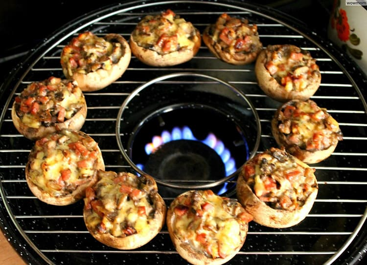 Решётку лучше предварительно смазать маслом, чтобы мясо не прилипало. Газ нужно отрегулировать на средний огонь