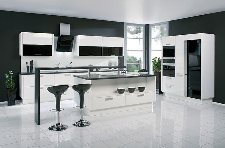 Классический креатив – кухня в стиле хай-тек в чёрно-белом исполнении