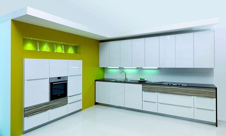 Глянцевая поверхность красивой кухонной мебели в стиле хай-тек, как на фото – центральная часть интерьера