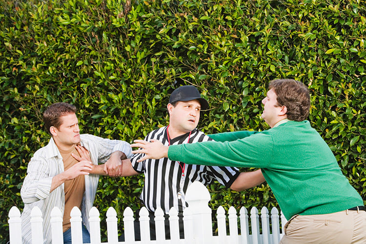 Неправильно поставленный забор может стать причиной кровной обиды
