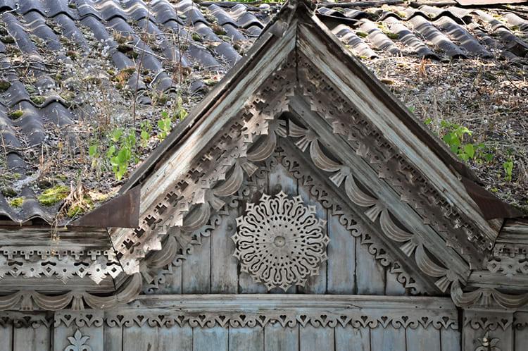 Древесные фронтоны практически всегда прерванные. В своей конструкции они часто содержат необычную резьбу