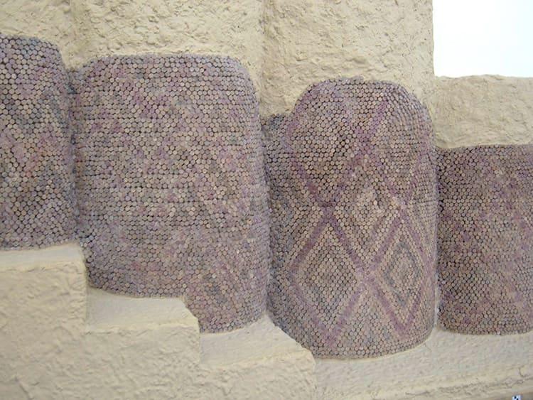 Узор геометрического орнамента был выложен из обожжённых кусочков глины