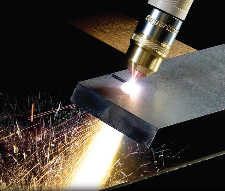 Плазма ярко светится, скорость её выхода из сопла достигает 1500 м/с. Вместе всё это и режет металл, как горячий нож масло