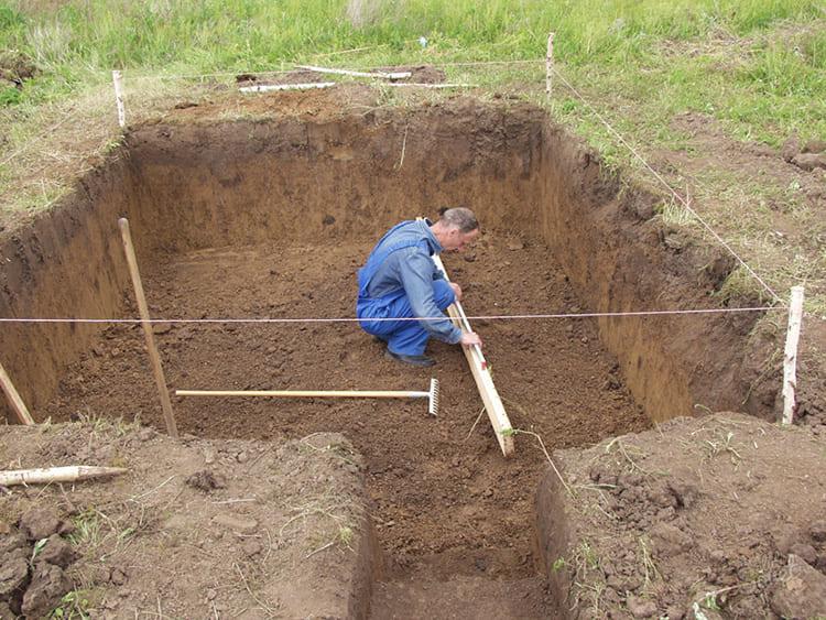 На твёрдом каменистом или скальном грунте нет никакого смысла слишком заглубляться. Для участков с сезонным подтоплением обязательно следует учитывать уровень грунтовых вод