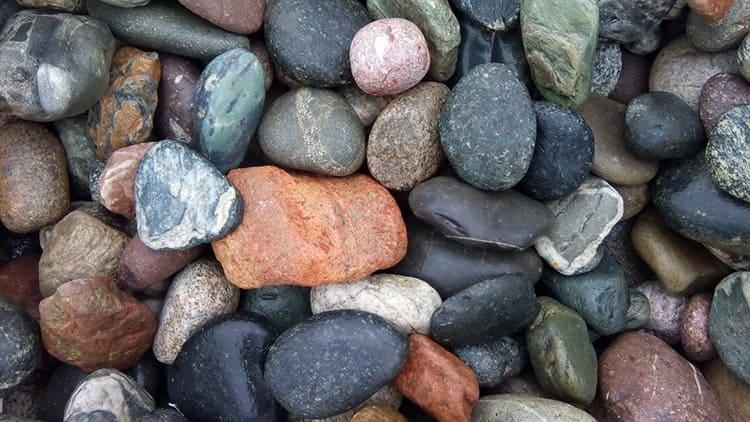 Для банных процедур предпочтительно выбирать приплюснутые камешки, которые отлично лягут в кладку