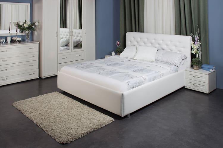 Белые кровати лучше покупать в комплекте с другой мебелью для спальни